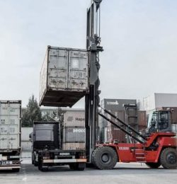 Xe nâng gắp container