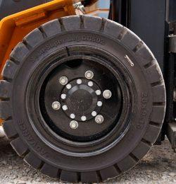 Biết khi nào cần thay lốp xe nâng hàng của bạn